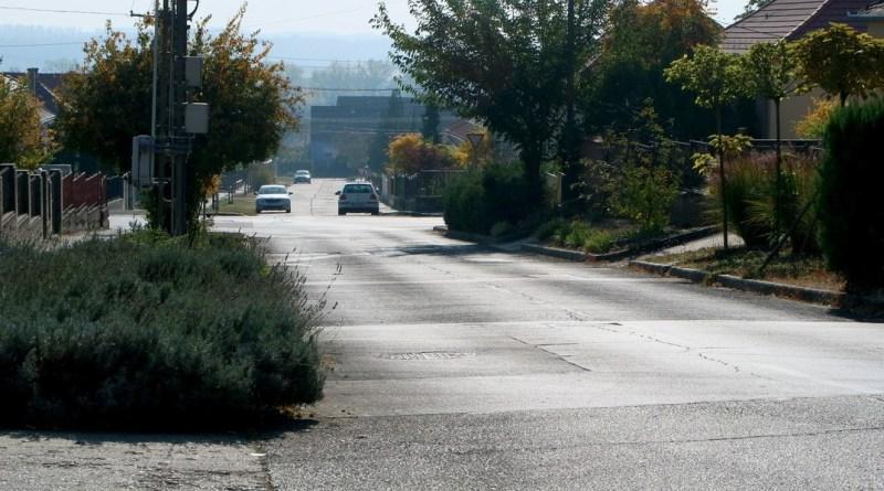 Az útfelújításban érintett egyik utca. Fotó: Molnár Gyula/Paksi Hírnök