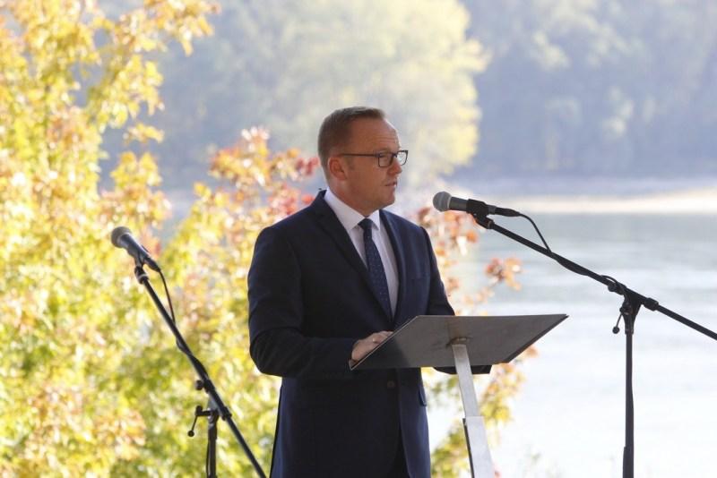 Szabó Péter, Paks polgármestere mondott beszédet az október 6-i városi megemlékezésen. Fotó: Molnár Gyula/Paksi Hírnök