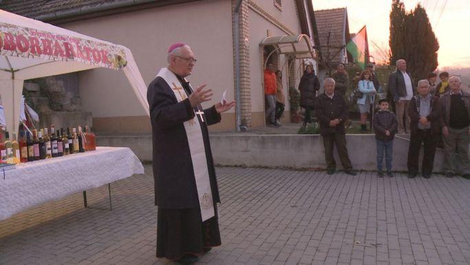 Mayer Mihály nyugalmazott pécsi megyéspüspök megáldja az újborokat Dunakömlődön. Fotó: TelePaks Televízió