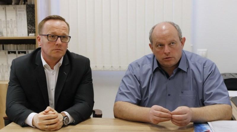 Szabó Péter, Paks polgármestere (b.) és dr. Bodnár Imre, a Paksi Gyógyászati Központ főigazgatója (j.). Fotó: Molnár Gyula/Paksi Hírnök