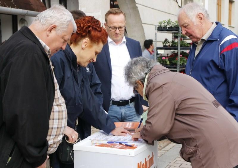 A Fidesz-Magyar Polgári Szövetség paksi szervezete és aktivistái megkezdték a támogató aláírások gyűjtését. Fotó: Molnár Gyula/Paksi Hírnök