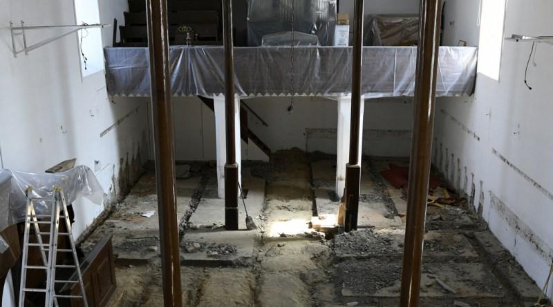 Felújítás zajlik a paksi református templomban. Fotó: Szaffenauer Ferenc/Paksi Hírnök