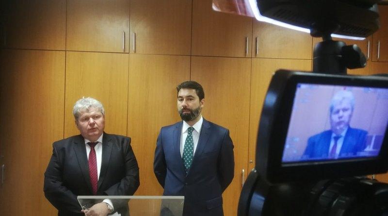 Süli János országgyűlési képviselő (b.) és Hidvéghi Balázs, a Fidesz kommunikációs igazgatója a sajtótájékoztatón. Fotó: Tóth Norbert/TelePaks