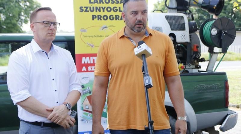 Szabó Péter, Paks polgármestere (b.) és Kőszegi Dániel, a Noxious Kft. ügyvezető igazgatója (j.) a szúnyoggyérítésről tájékoztatnak. Fotó: Molnár Gyula/Paksi