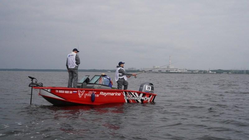 Magyar versenyzők Paksról – Várszegi Balázs (b) és Haáz Péter (j) a Finn-öbölben a Leningrádi Atomerőművel a háttérben horgászik.