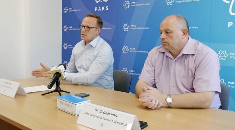Szabó Péter, Paks polgármestere (b.), és dr. Bodnár Imre, a Paksi Gyógyászati Központ főigazgatója (j.). Fotó: Molnár Gyula/Paksi Hírnök