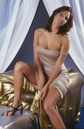 Nadia belle beurette en talons aiguilles et robe sexy assise sur un canapé