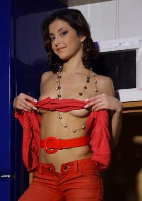 brunette coquine au telephone rose
