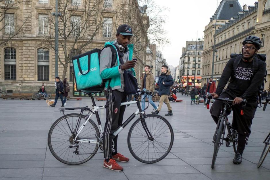 """Deliveroo vs les coursiers : """"Le vélo n'est pas adapté à la livraison de nourriture"""""""