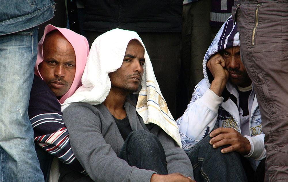 Les larmes de tristesse des réfugiés érythréens impuissants face à leurs proches victimes de violence dans les camps de torture du Sinaï.