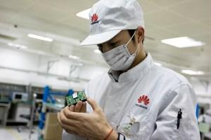 Personal de Huawei realizando tareas de mantenimiento de rutina en un centro de pruebas.