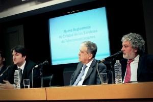 El ministro de Planificación Federal, Julio de Vido (centro) junto al secretario de Telecomunicaciones, Norberto Berner (izquierda) y el interventor de la CNC, Ceferino Namuncurá (derecha), durante la presentación del Reglamento de Calidad de los Servicios de Telecomunicaciones