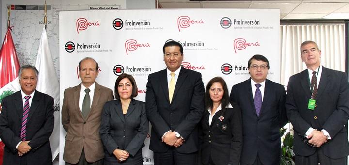El ministro de Comunicaciones y Transportes, Carlos Paredes, junto a funcionarios de ProInversión y representantes del consorcio TV Azteca-Tendai durante el acto de adjudicación. Imagen: ProInversión.