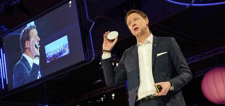 Hans Vestberg, presidente y CEO de Ericsson, con un Dot en su mano. Imagen: Ericsson.