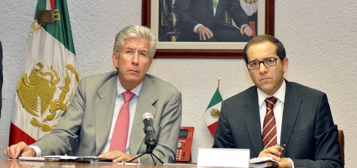 El titular de la SCT, Gerardo Ruiz Esparza, acompañado por el subsecretario de Comunicaciones, José Ignacio Peralta Sánchez. Imagen: SCT.