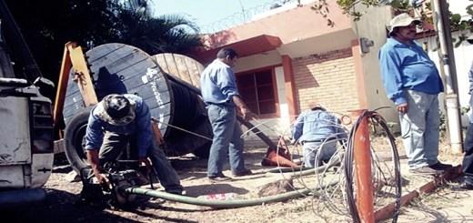 Trabajadores de Hondutel reponiendo tendido de cables. Imagen: Hondutel.
