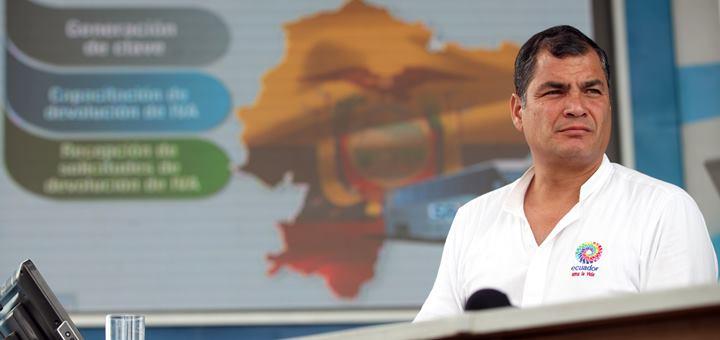 El Presidente de la República, Rafael Correa, rinde su informe semanal a la ciudadanía, durante el Enlace Ciudadano No. 384, realizado en el estadio de la liga cantonal de Bucay. Foto: Miguel Ángel Romero/Presidencia de la República.