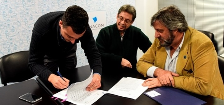 Firma del convenio entre Arsat y Enacom para el Programa Conectividad. Imagen: Enacom
