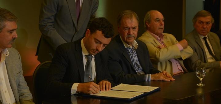 Firma del convenio entre Arsat y el gobierno de Córdoba. Imagen: Arsat