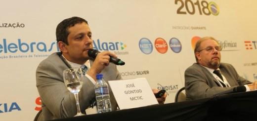 Gontijo expone sobre el Plan Nacional de Internet. Imagen: Mctic.