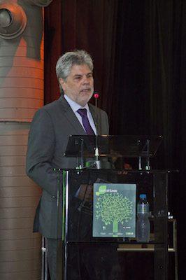Antonio Carlos Valente agradece à equipe da empresa que fez o projeto de Águas de São Pedro. (Foto: Gastão Guedes)