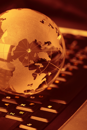 shutterstock_Denis Vrublevski_internet_internacional_rede_social_device