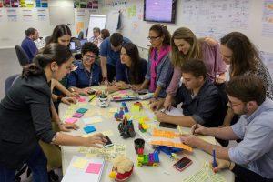Equipe multidisciplinar Oi trabalhando