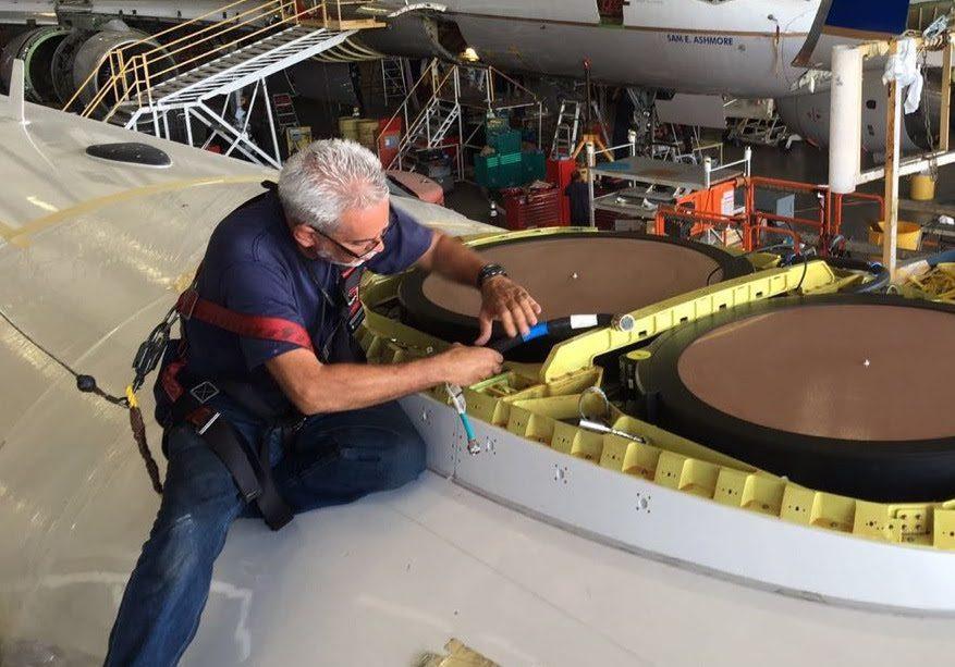 Funcionário da Gogo instala a antena na aeronave da Gol, em Miami