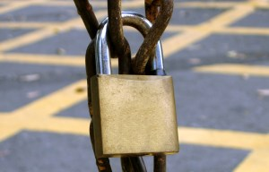 stockvault-padlock-on-a-rusty-chain-cadeado-corrente