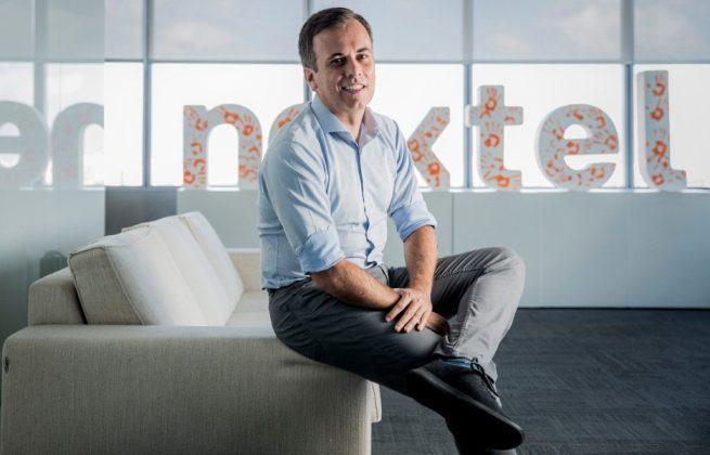 Foto do presidente da Nextel, Roberto Rittes, diante do logo da empresa