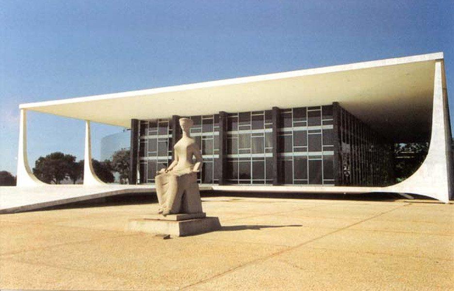 O prédio do STF em Brasila, diante do qual há uma escultura que simboliza a Justiça