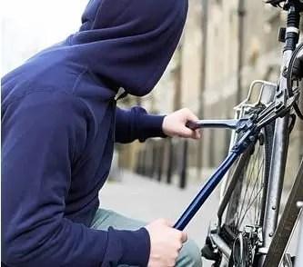 Tentano di rubarle la bici, colpita da uno schiaffo. Arrestato 39enne per rapina