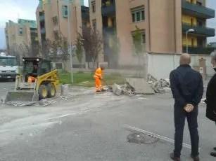 Abbattuto muro per agevolare il transito delle bici