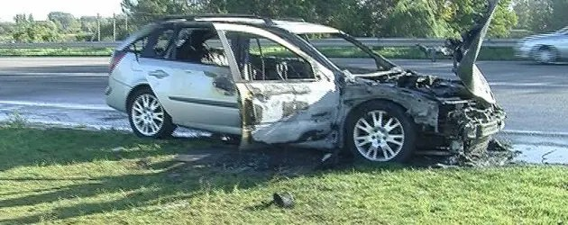 Auto in fiamme sulla via Ravenna