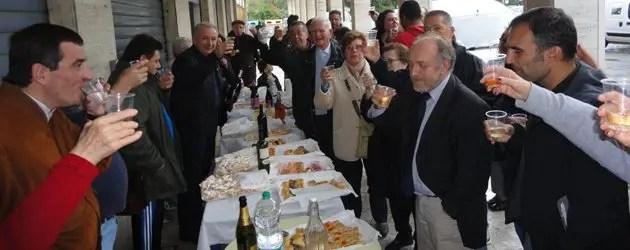 """Sindaco e cittadini festeggiano la strada """"rifatta"""""""
