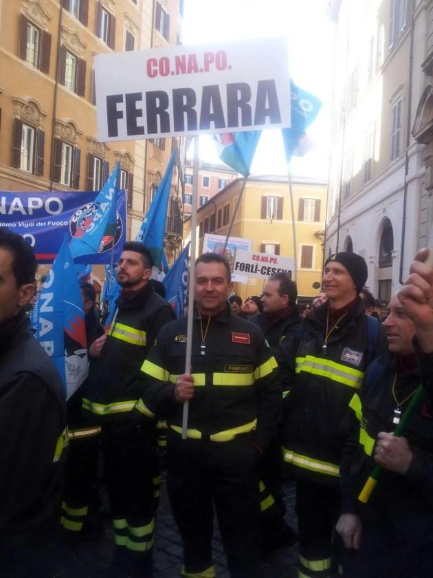 """Vigili del fuoco, la protesta a Roma: """"amati dai cittadini, umiliati dallo Stato"""""""