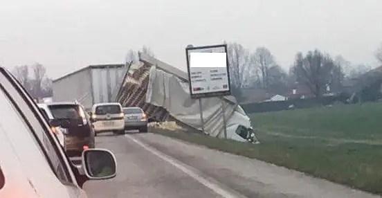 Tragico frontale tra suv e camion: 66enne perde la vita
