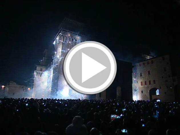 Clicca sull'immagine per collegarti con la piazza di Ferrara e vedere l'incendio del Castello estense