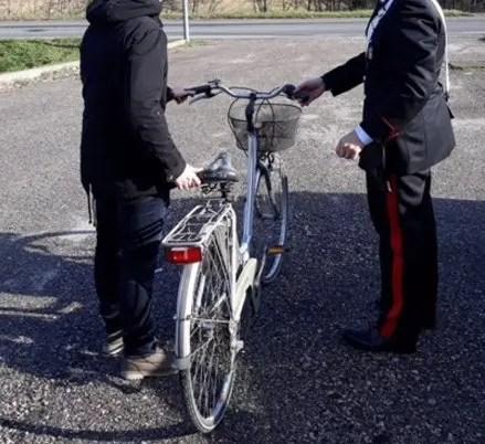 Prende bici in 'ostaggio': 70enne arrestato