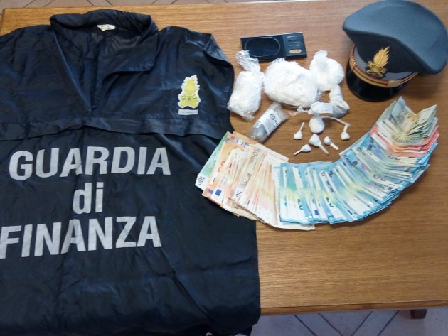Guardia Finanza arresta pusher: in casa aveva 35 mila euro di droga
