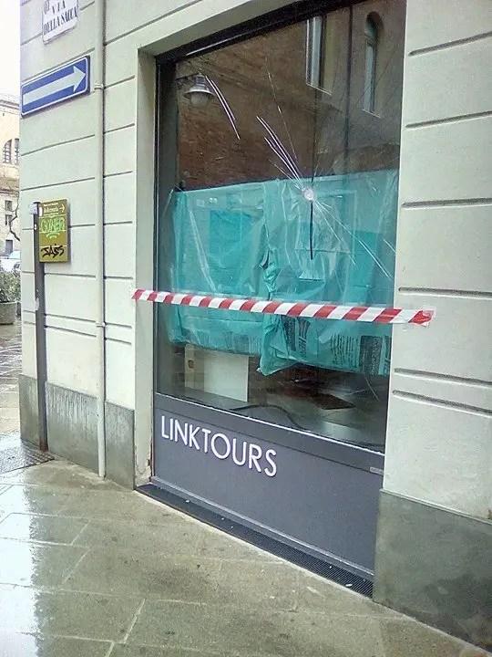 Ferrara, devastata vetrina dell'Agenzia Link Tours in centro città