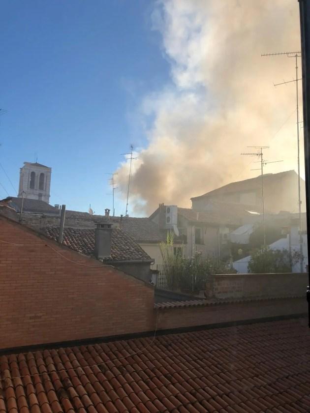 Incendio in centro, paura tra i passanti: operazioni in corso