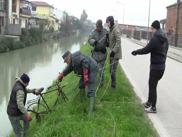 Una domenica a ripulire i fiumi dai rifiuti – VIDEO