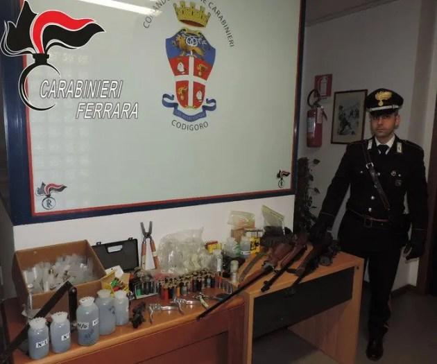 Carabine, munizioni e polvere da sparo in casa, arrestato