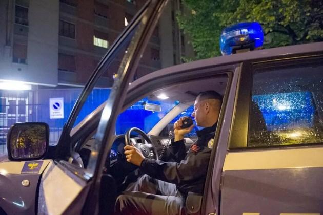 Uomo armato di pistola tenta rapina e scappa a bordo di un furgone