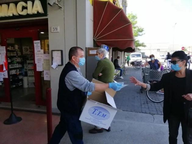Avviata distribuzione mascherine nelle farmacie, poi esercizi commerciali e banchetti