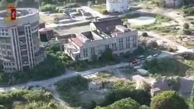 Degrado e droga, blitz della Polizia nella ex distilleria di Ferrara