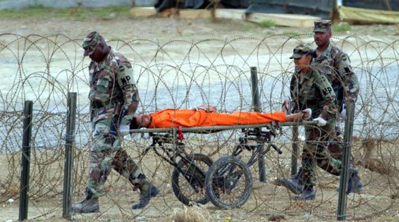 Un preso de origen afgano, en Guantánamo, en 2002