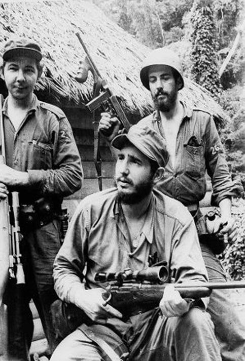 Fidel conversa con sus compañeros, ante la mirada de Raúl y Camilo Cienfuegos.