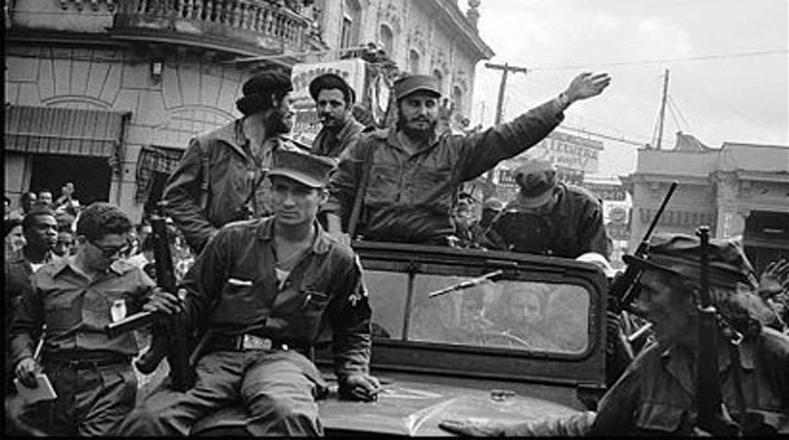 Fidel saluda a la multitud en su recorrido victorioso hacia la capital.